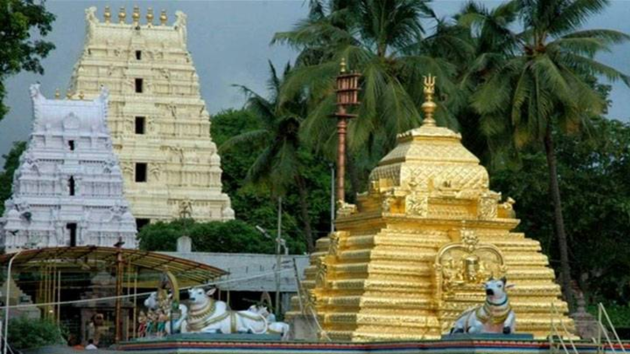 Thieves at Sri Kashi Vishwanatha Swamy Temple .. Swami steals their crown and jewelery ..