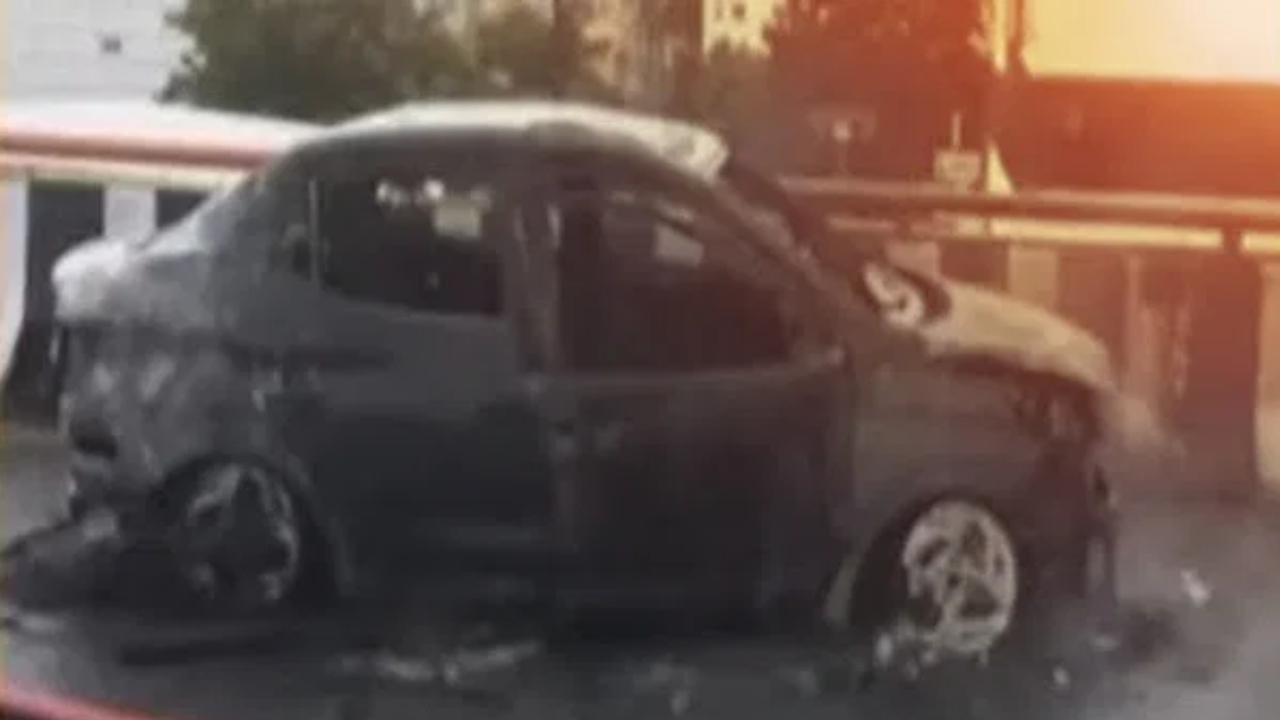 Sudden fire in the engine .. A woman and three children in the car .. Burnt car ..