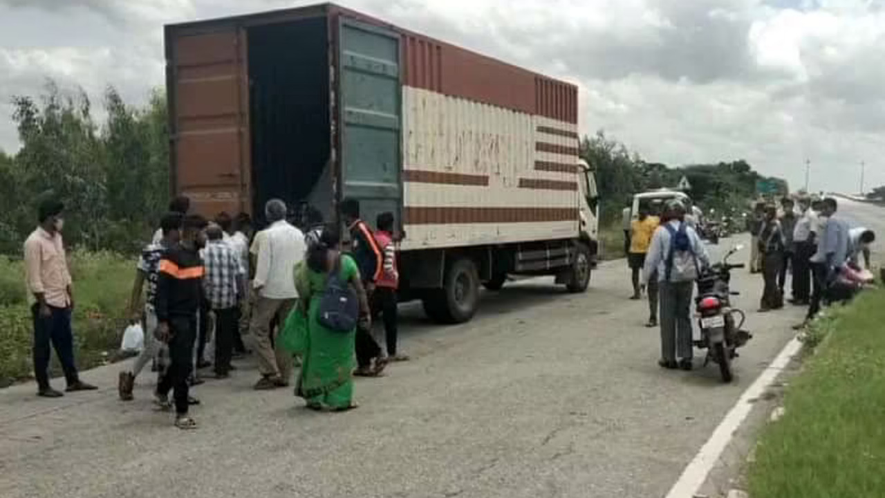 Robbers gang stops the truck, decamps with cellphones worth Rs 6 cr